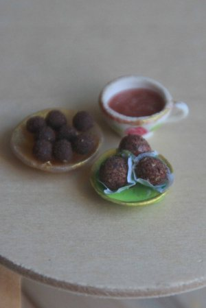 כדורי שוקולד וכוס שוקו