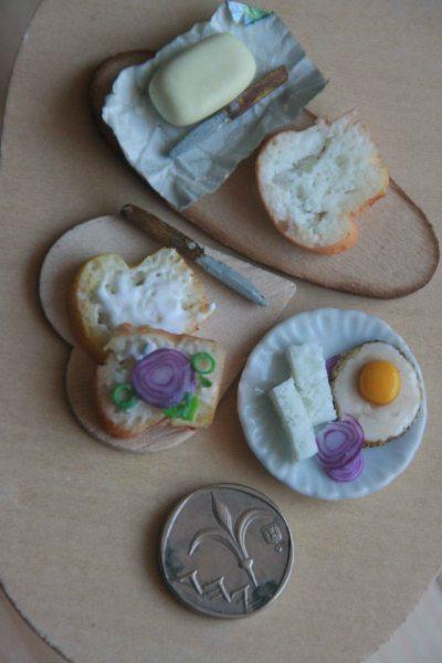 שולחן לחמים וביצה עם שקל