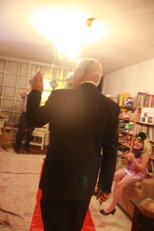 סבא מאחור על השטיח האדום